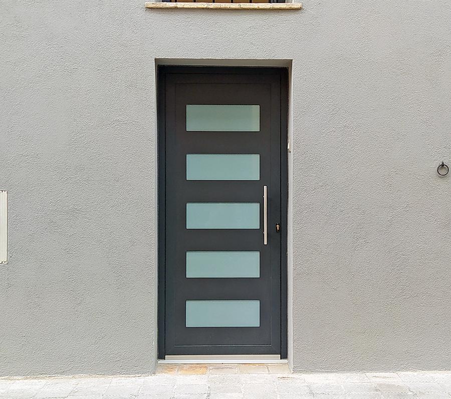 porta entrada d'alumini i vidres