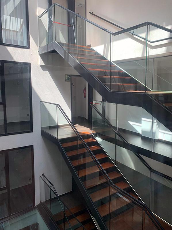 Escala metàl·lica amb laterals de vidre
