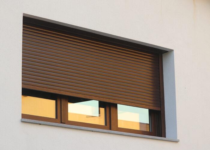 Finestra de PVC en 3 fulles practicables i abatibles amb persiana motoritzada