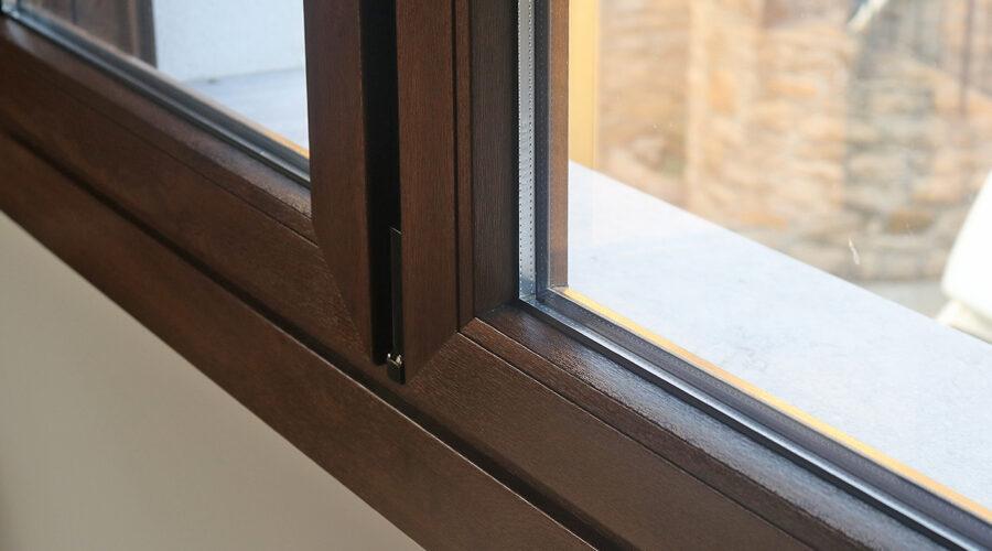 Detall interior de finestra de PVC en nogal amb doble vidre amb càmera d'aire