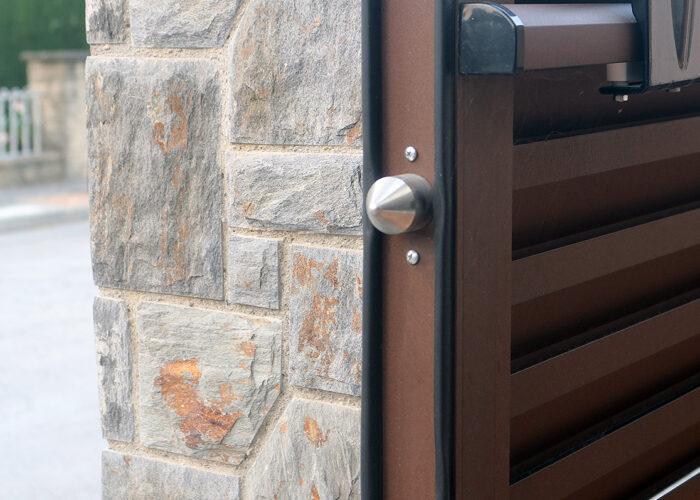 Detall de porta exterior d'alumini automàtica