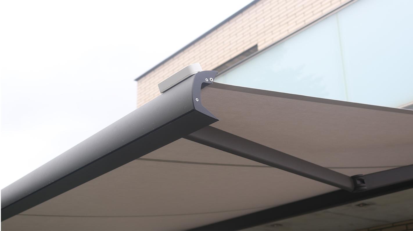 detall de tendall amb acabats d'alta qualitat i sensor de pluja