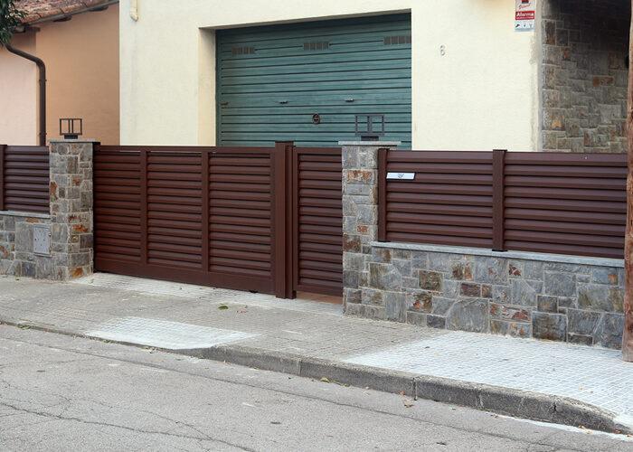 Tanques exteriors d'entrada vivenda amb porta entrada i porta automàtica per a entrada de vehicle
